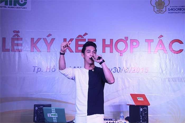 Ca sỹ Song Luân hát 'Xa em kỉ niệm'