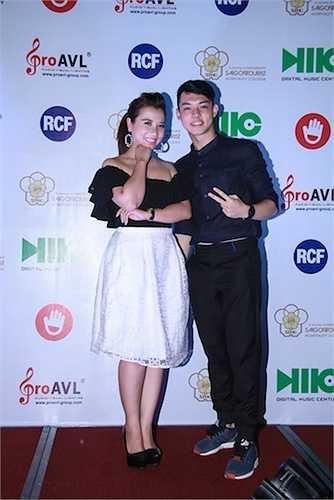 Hiện tượng mạng đến từ team Mr Đàm cuộc thi The Voice 2015 'Cô gái vừa hát vừa ăn kẹo' Vũ Phượng và hot boy Vietnam Idol Nguyễn Duy.