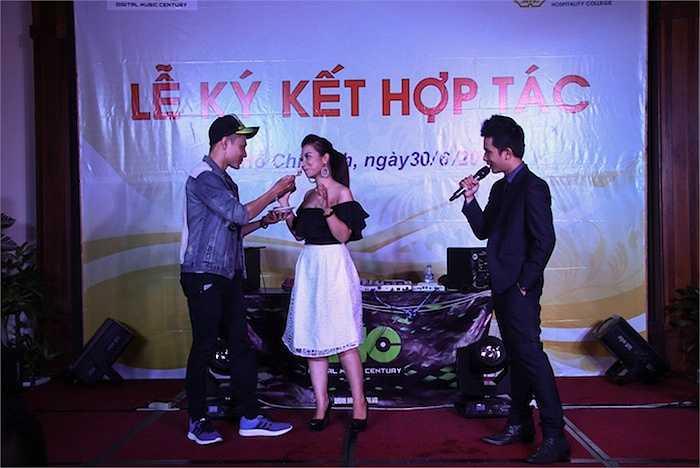 Cô còn bị Quán Quân Cười Xuyên Việt Dương Lâm và MC Cường DC thử thách, yêu cầu cô vừa hát vừa ăn mực chiên giòn.