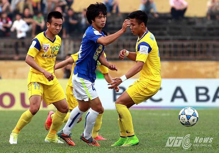 Vòng 9, Công Phượng trở về quê nhà Nghệ An đấu với SLNA trên sân Vinh. (Ảnh: Quang Minh)