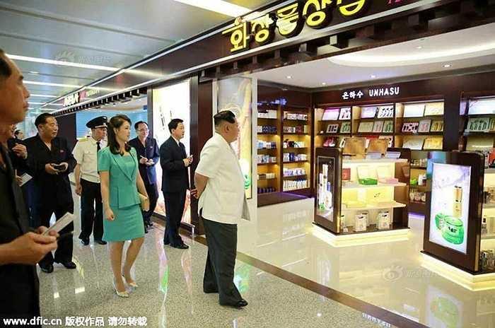 Nhà lãnh đạo Triều Tiên Kim Jong-un cùng phu nhân Ri Sol-ju cũng đã đến thăm nhà ga số 2.