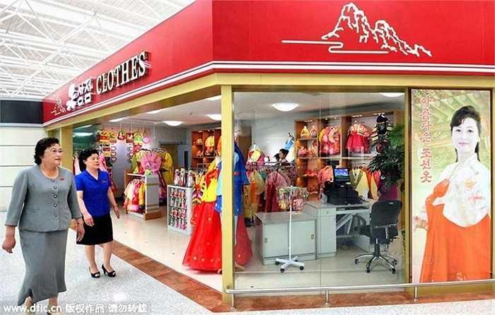 Quầy hàng bán quần áo ngay trong khu vực sân bay. Công trình này được khởi công xây dựng từ năm 2012 để đáp ứng các chuyến bay quốc tế