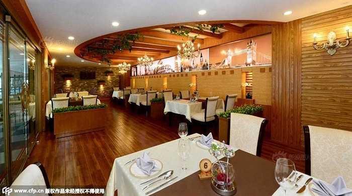 Nhà hàng sang trọng với cách bài trí tinh tế, không gian ấm cúng