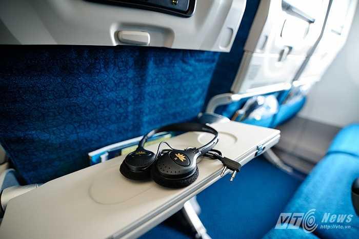 Tai nghe phục vụ hành khách xem phim, nghe nhạc trên tàu bay