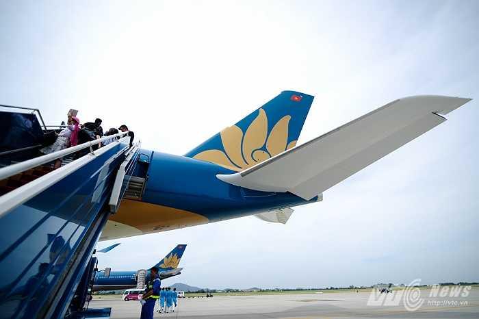 Phần đuôi có quốc kỳ Việt Nam và logo hoa sen của Vietnam Airlines