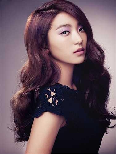 Ngày mà Bora (Sistar) nhận được lời mời từ 'ông lớn' JYP Entertainmentcũng là ngày cha của cô nàng qua đời. Vì vậy, nữ rapper xinh đẹp của Sistar đã phải trì hoãn lại giấc mơ làm ngôi sao.