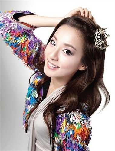 Trong khi Dara (2NE1) sống với mẹ và em trai tại Philipines, bố cô nàng đã bí mật lập gia đình với một người phụ nữ khác tại Hàn Quốc. Cuối cùng người bố chọn đi theo tình yêu mới, bỏ mặc cô nàng làm trụ cột trong gia đình