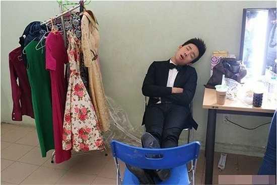 Trên trang cá nhân của Trấn Thành, người hâm mộ cũng đăng ảnh anh ngủ gật trong hậu trường chương trình Người bí ẩn. Dù dáng ngủ xấu, vắt chân lên ghế giữa 'rừng' váy vóc song MC của Tuyệt đỉnh tranh tài vẫn được các fan khen đáng yêu. (Nguồn: Zing)