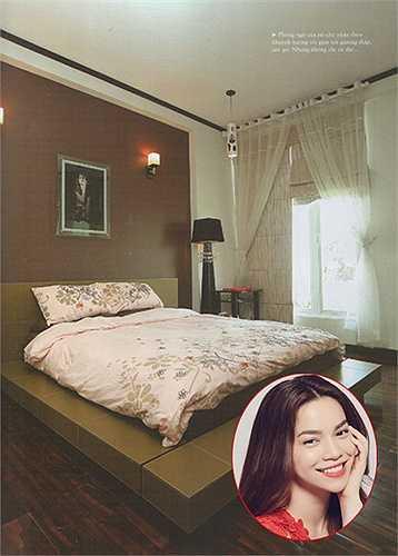 Sau khi chia tay Quốc Cường, Hồ Ngọc Hà đã dọn ra ở riêng. Phòng ngủ của cô khá đơn giản nhưng không kém phần sang trọng.