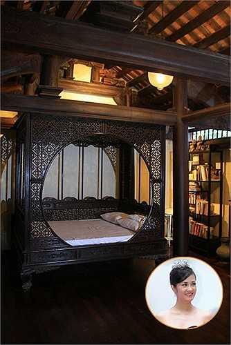 Hồng Nhung thích phong cách xưa và đậm chất Việt Nam nên cô chọn chiếc giường cổ điển, giống khuê phòng của các tiểu thư, công chúa. Nhiều người đánh giá không gian riêng tư của cựu giáo khảo The Voice rất độc đáo.