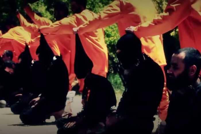 Các chiến binh IS trong bộ đồ màu đen bị hành quyết
