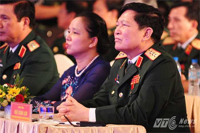 Thượng tướng Ngô Xuân Lịch theo dõi những phóng sự về các cá nhân, tập thể xuất sắc trong quân đội 5 năm qua