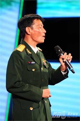 Chiến sỹ quê Cà Mau không ngần ngại ca một câu vọng cổ trên sân khấu