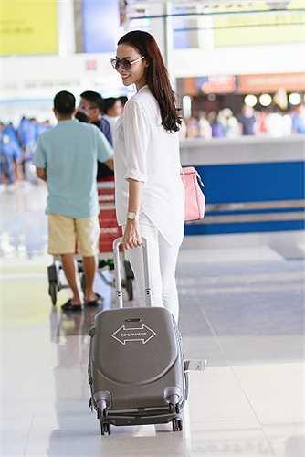 Lệ Quyên chuộng sự đơn giản nên cô thường chọn trang phục đơn sắc, đặc biệt là màu trắng