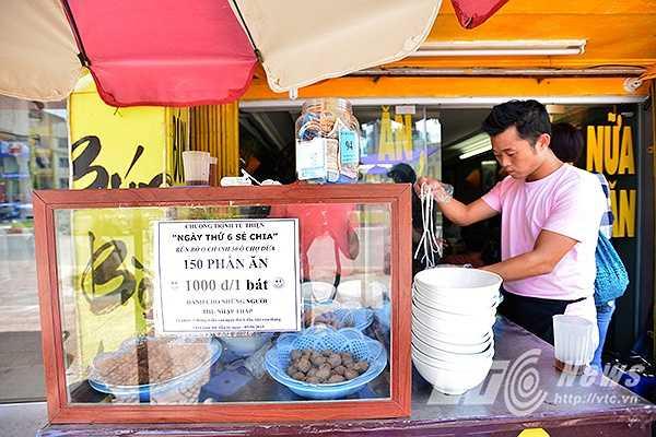 Cứ vào thứ ngày thứ 6 đầu tiên hàng tháng, một quán bún bò nhỏ trên phố Ô Chợ Dừa (Đồng Đa, Hà Nội) lại mở bán với giá chỉ 1.000 đồng/bát.
