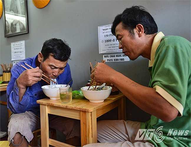 Bác Đinh Văn Thông (Thái Bình): 'Chú làm công việc chân tay, vào những hôm nắng nóng như thế này rất khó để ăn cơm nhưng vẫn phải ăn cho có sức làm việc. Đây là lần đầu tiên chú được ăn một bát bún bò mà chỉ có giá 1000 đồng.'