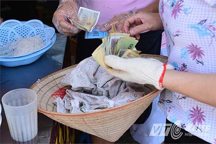 Trước khi ăn, mỗi người sẽ được phát 1 thẻ số và sau khi ăn sẽ dùng thẻ đó để thanh toán bát bún bò với giá chỉ 1.000 đồng.