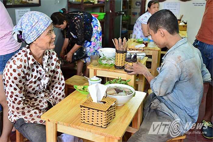 Cô Trần Thị Hương (Nam Định) làm công việc tự do, làm móng nhà, làm đất cát tại Hà Nội lần đầu tiên ăn một bát bún bò có giá như vậy.