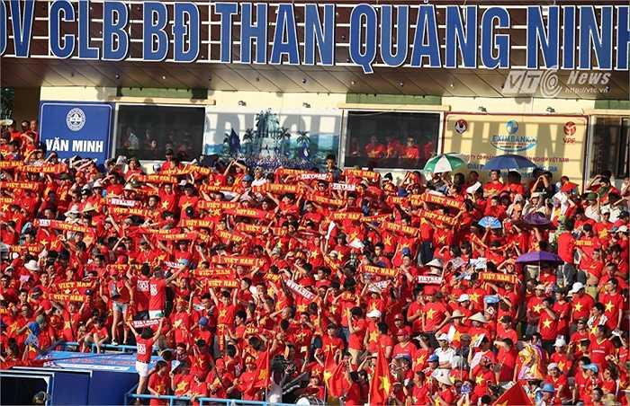 Với số CĐV trung bình tới sân lần lượt là 10.600 và 12.000, sân Cẩm Phả (CLB Than Quảng Ninh) vừa lọt vào top 10 sân đấu đông khán giả nhất Đông Nam Á. (Ảnh: Quang Minh)