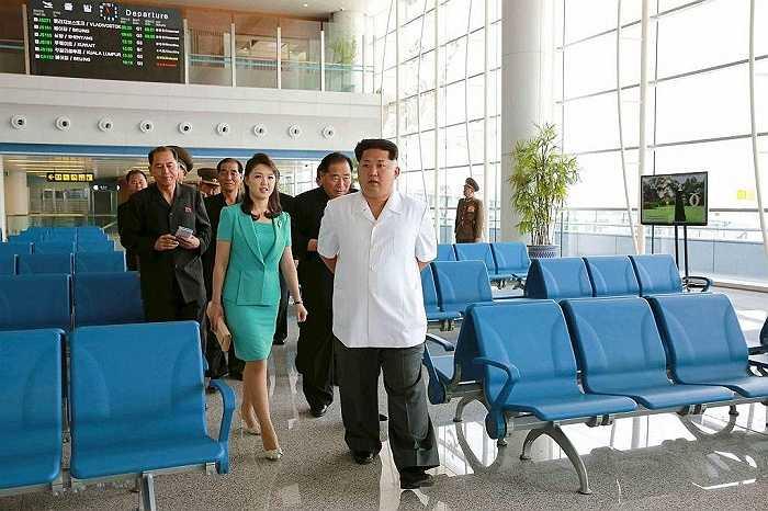 Nhà lãnh đạo Kim Jong Un cùng phu nhân Ri Sol Ju thị sát nhà ga mới xây dựng ở sân bay quốc tế Bình Nhưỡng ngày 25/6