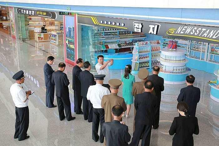 Ông Kim đưa ra chỉ dẫn cho những người phụ trách quản lý nhà ga