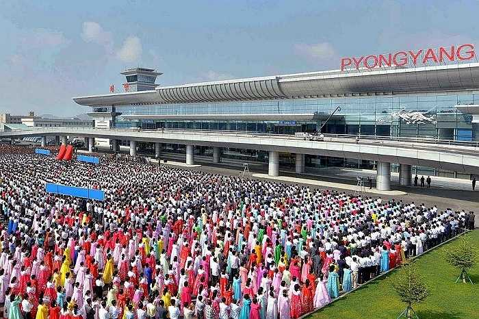 Hàng trăm người mặc trang phục truyền thống đến dự lễ khánh thành nhà ga mới