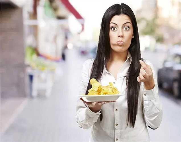 Uống nước với món ăn nhanh: Cách ăn này để nhâm nhi thực phẩm ăn nhanh cùng nước, giúp thực phẩm  dễ tiêu hóa và cũng ngăn không bị nghẹn.