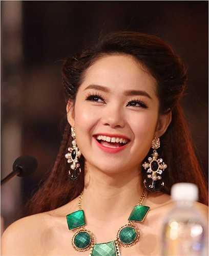 Đã từng xuất hiện những lời đồn đại rằng sự biến đổi về khuôn mặt Bé Heo là do công nghệ phẫu thuật thẩm mỹ, nhưng Minh Hằng đã lên tiếng phủ nhận và khẳng định gương mặt của cô chưa từng đụng qua dao kéo