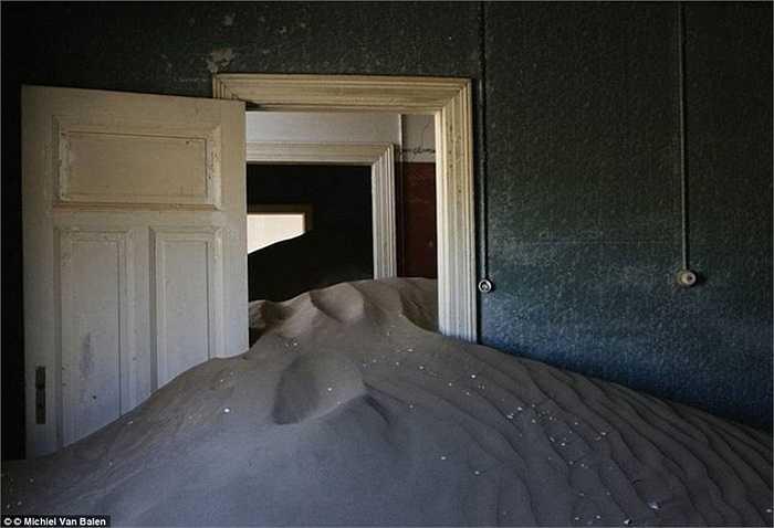 Kolmanskop - thành phố ở phía nam Namibia đã bị bỏ hoang gần 50 năm nay, sau khi những người khai thác kim cương rời khỏi đây
