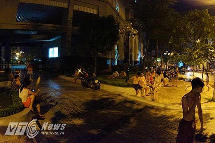 Đã 3 đêm liên tiếp, nhiều người dân ở khu vực đường Trần Cung (Bắc Từ Liêm, Hà Nội) phải tỉnh dậy giữa đêm, bỏ nhà ra đường ngủ vì bị mất điện.