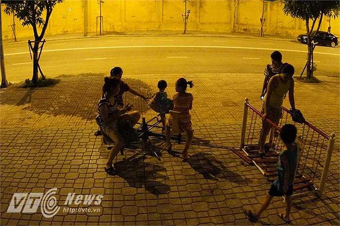 Chị Thu, một người dân sống trong khu vực phố Trần Cung cho biết: 'Ban đêm mà trời vẫn còn nóng gần 40 độ, đã thế lại còn bị cắt điện liên tục khiến cuộc sống của mọi người vô cùng khổ sở.'