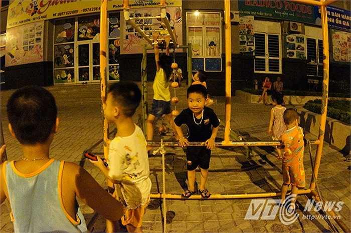 Nhiều em nhỏ sống trong ngõ 117 phố Trần Cung (Từ Liêm, Hà Nội) phải ở ngoài sân chơi đến nửa đêm, không thể về nhà ngủ vì quá nóng.