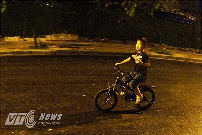 Một em nhỏ phải đạp xe đi mua kem ăn giữa đêm để giải nhiệt.