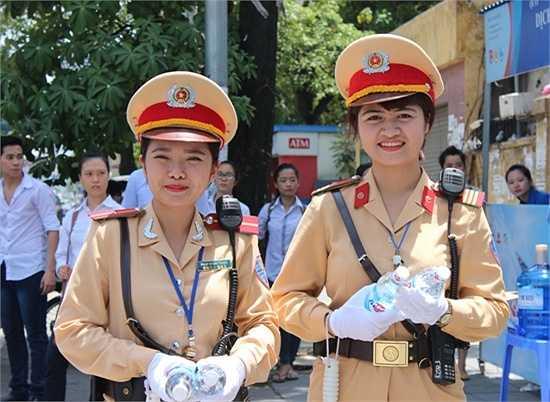 Tại điểm thi trường ĐH Luật, hai nữ cảnh sát xinh đẹp Nguyễn Châu Linh và Phạm Quỳnh Trang (Đội Cảnh sát giao thông số 3) đã có mặt để cùng chung tay cùng các tình nguyện viên tiếp sức mùa thi.