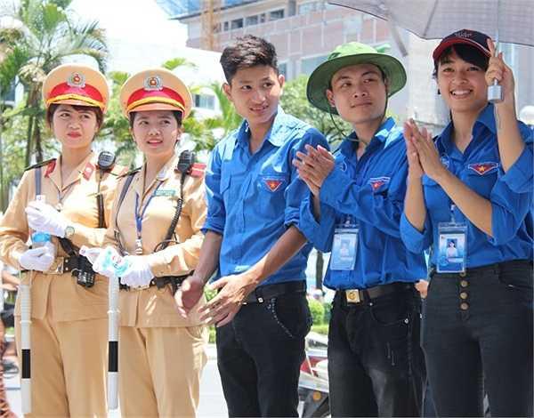Hai nữ cảnh sát phối hợp cùng tình nguyện viên đảm bảo trật tự giao thông.
