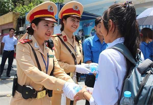 Châu Linh và Quỳnh Trang phát nước cho thí sinh.