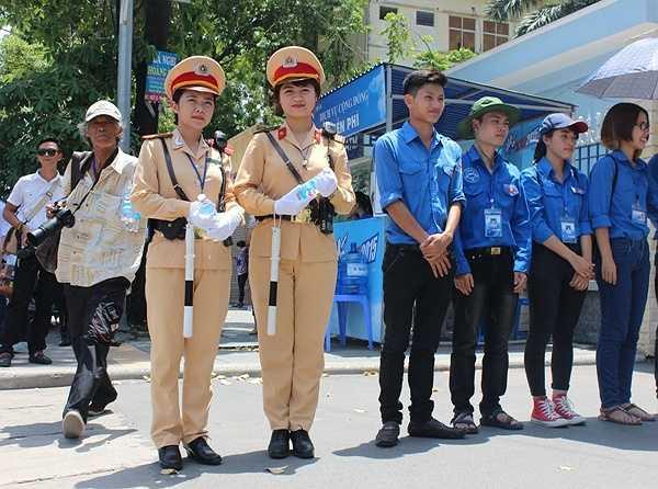 Hai nữ cảnh sát luôn túc trực để giúp đỡ thí sinh và phụ huynh