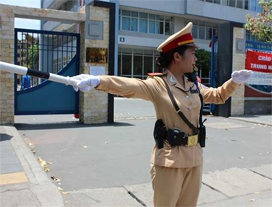 Nữ cảnh sát phân luồng giao thông.