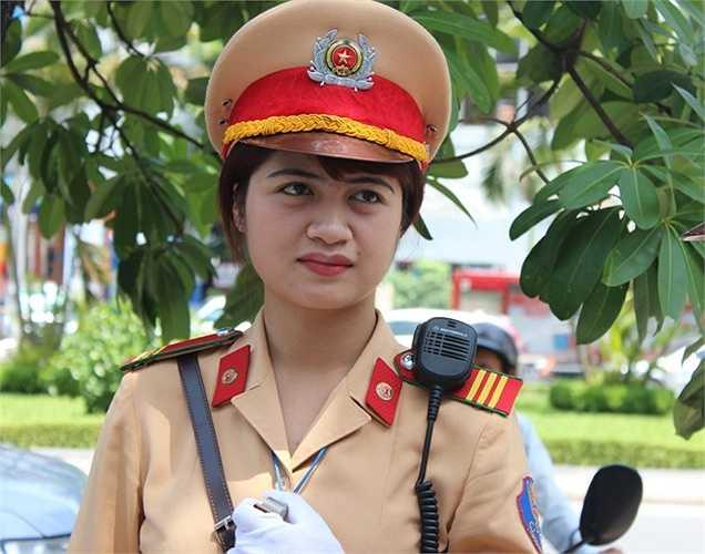 Nữ cảnh sát Nguyễn Châu Linh chia sẻ: 'Dù trời nắng gắt, công việc khó khăn nhưng mình thấy rất vui khi được góp một phần công sức mình vào việc hỗ trợ thí sinh và người nhà'.