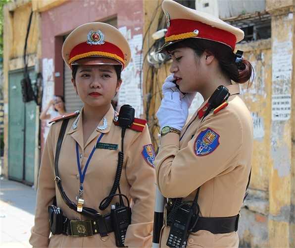Hai nữ cảnh sát có mặt từ sớm để phân luồng giao thông.
