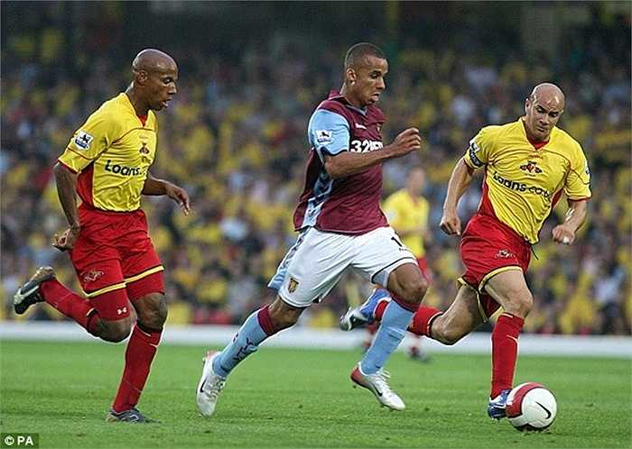 Có cùng thời gian với Walcott là Agbonlahor của Aston Villa. Cầu thủ này trưởng thành từ chính sân Villa Park