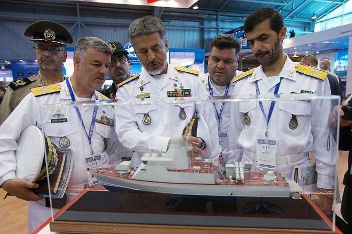Chuẩn Đô đốc Habibollah Sayar, Tư lệnh Hải quân Iran (giữa) tham gia triển lãm tại St. Petersburg, Nga