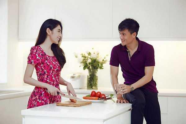 Thủy Tiên trổ tài nấu nướng mỗi khi Công Vinh về thăm nhà.