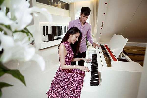 Chàng tiền đạo xứ Nghệ thưởng thức tài nghệ của bà xã với cây đàn piano.