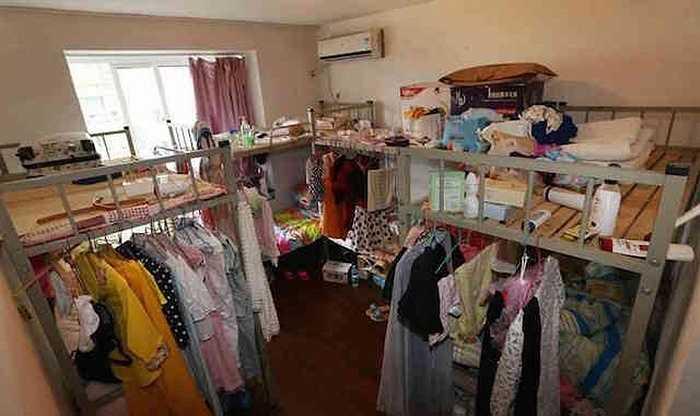 Hình ảnh ghi lại cho thấy trong căn phòng chỉ khoảng 100m2 nhưng chứa đến 36 chiếc giường tầng đơn khiến không gian trở nên chật trội, dễ gây cháy nổ.