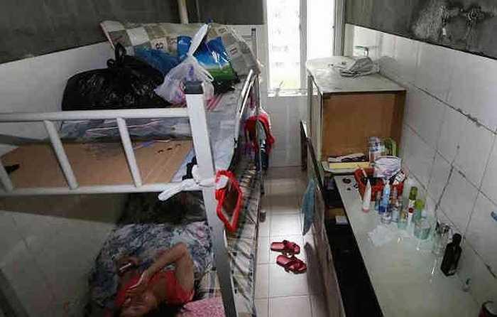 Mỗi chiếc giường là không gian lưu trú cho một người với tầng dưới để ngủ nghỉ và giường tầng trên dùng để chứa đồ.