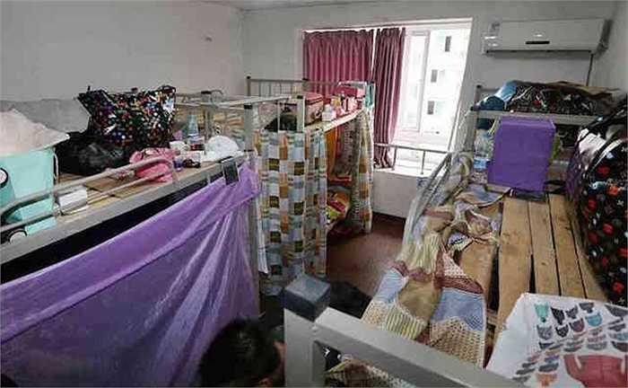 Mỗi giường có lắp thêm tấm ri-đô ngăn cách, la liệt móc phơi quần áo, thậm chí chăn màn chiếu gối, đồ đạc lộn xộn khắp nơi.