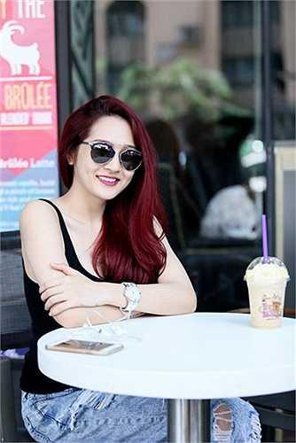 Nữ ca sỹ The Voice mùa thứ 2 cũng tự làm mới mình với màu tóc hung đỏ. Đây là màu tóc rất hợp với nữ ca sỹ 'Anh muốn em sống sao' vì màu hung đỏ giúp cho làn da trắng mịn của Bảo Anh nổi bật và đầy cá tính.