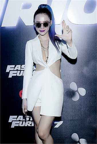 """Thời gian gần đây, Angela Phương Trinh được đánh giá là ngôi sao """"ăn điểm"""" nhất công chúng. Bởi cô luôn xuất hiện với hình ảnh xinh đẹp và quyến rũ. Angela Phương Trịnh luôn biết cách làm mới mình về mọi phương diện từ thời trang cho đến làm đẹp."""