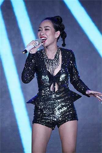Thảo Trang sở hữu vóc dáng nhỏ nhắn nhưng tỉ lệ cơ thể cân đối, bởi thế thiết kế jumpsuit ngắn hay váy bó luôn là lựa chọn đầu bảng của cô ca sĩ này
